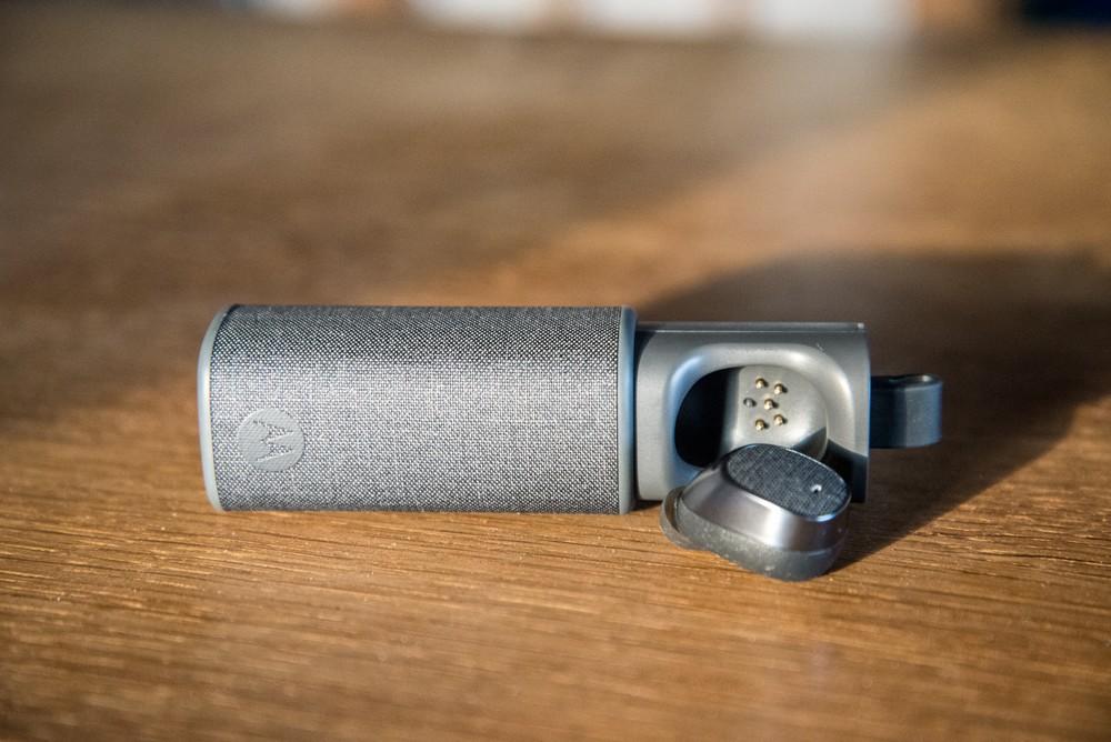 L'oreillette est livrée avec une petite boite de rangement qui permet également de la recharger sur la route - © E.F.