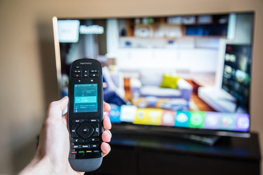 La télécommande intègre même un petit écran tactile - © E.F.