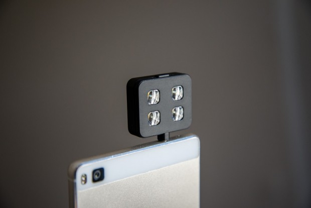 L'iBlazr rentre dans la prise jack de votre smartphone.