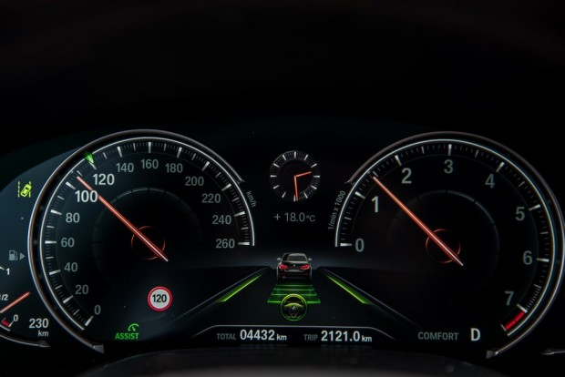 Un voyant indique au milieu que la voiture suit les marquages au sol, et a une limite de vitesse fixée à 120 km/h - Crédit photo : E.F.
