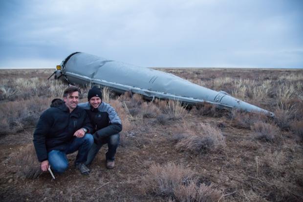 Les deux entrepreneurs suisses face à la carcasse de la navette Soyuz.