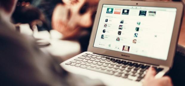 Une-personne-utilise-son-ordinateur-portable-pour-aller-sur-internet-770x360