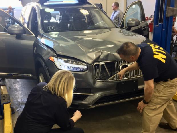 Des agents de la NTSB inspectent le véhicule Uber qui a percuté Elaine Herzberg.